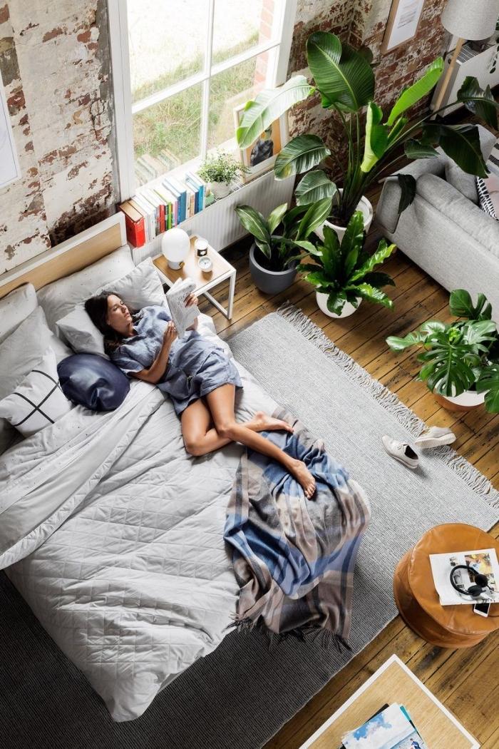 exemple de tete de lit fait maison en planche bois, comment décorer une haute pièce de style jungalow avec meubles bois