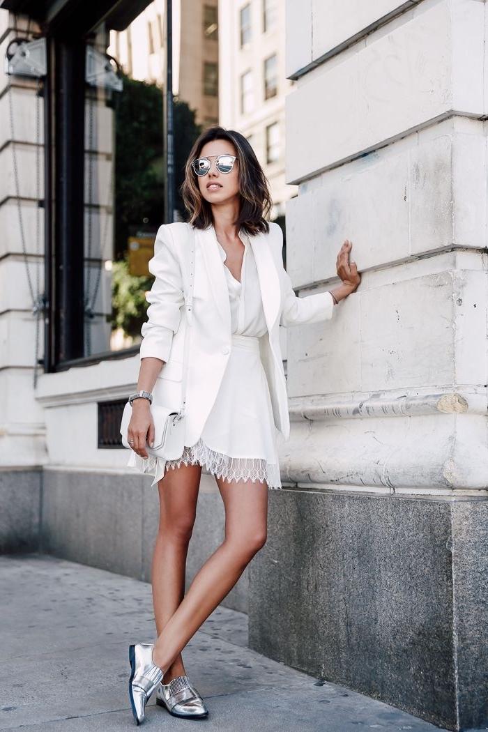 idée de tenue classe femme en vêtements blancs avec chaussures plates en argent, modèle de jupe courte avec bordure dentelle