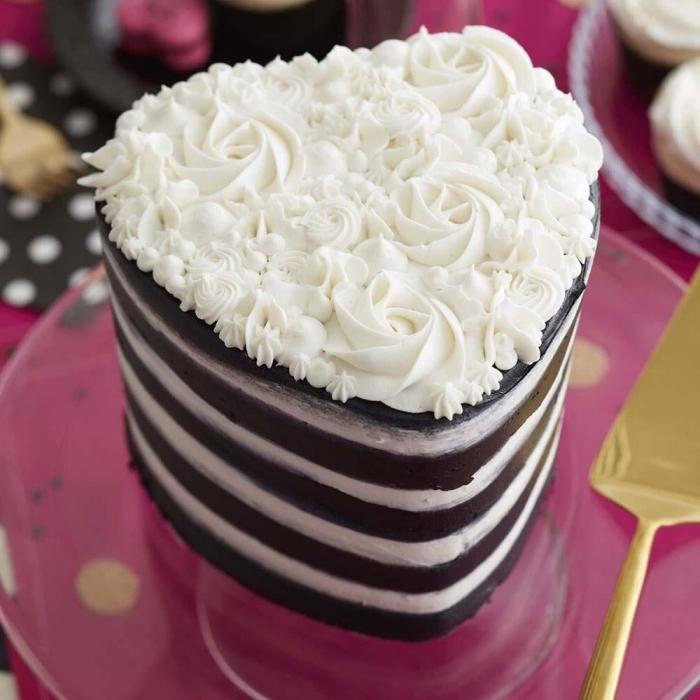 modèle de gateau coeur en layers au chocolat noir et café, idée comment décorer un gâteau façon bouquet de roses blanches