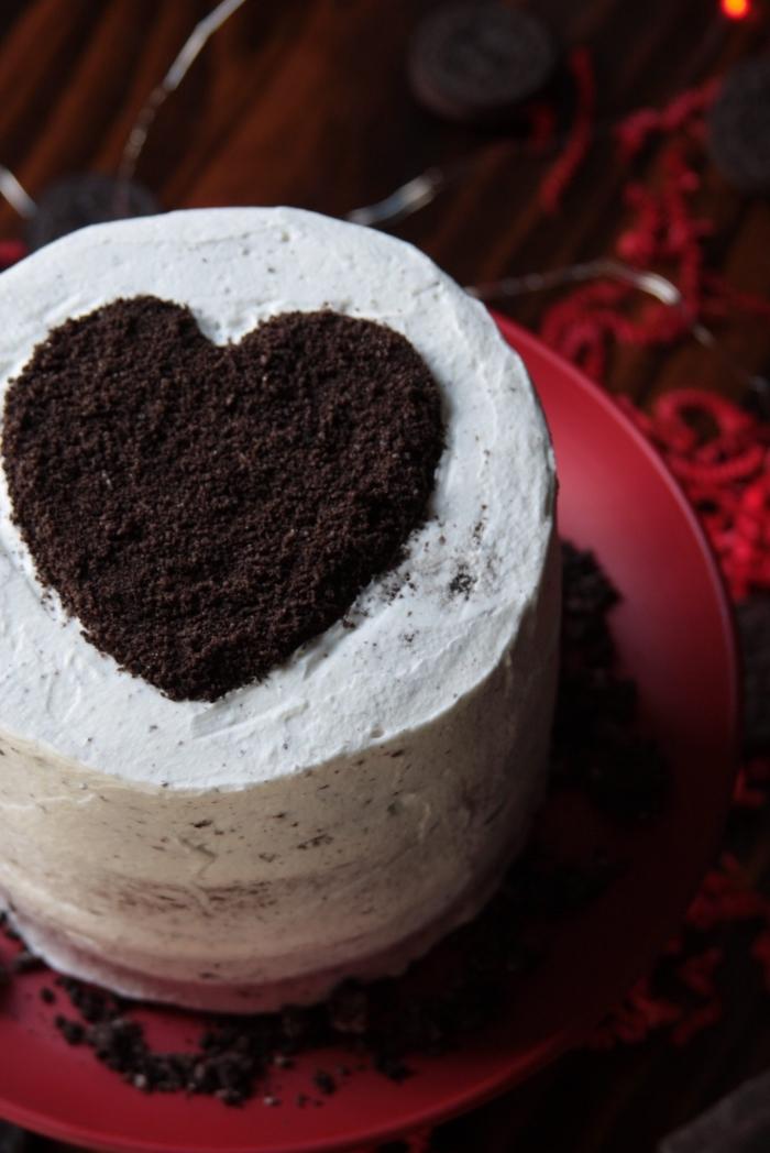 recette de gateau st valentin simple au fromage blanc et génoises au chocolat noir, modèle de layer cake au chocolat