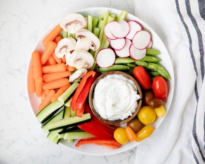 crudités ou légumes frais dont carottes, radis, tomates cerise, concombres, poivrons servis avec creme fromagere