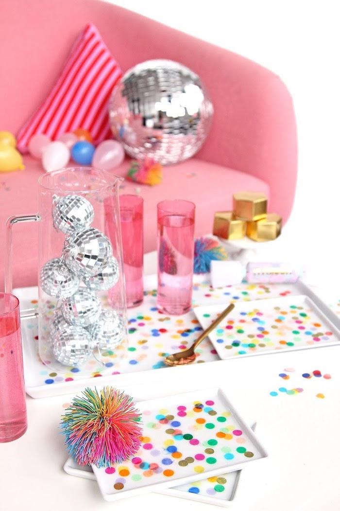 Canapé rose et disco bol, idée saint valentin, décoration de saint valentin coloré avec paillettes transparentes