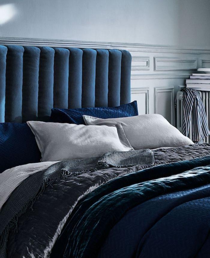 décoration chambre à coucher adulte avec peinture murale blanche et linge de lit gris, blanc et bleu, tete de lit bleu nuit