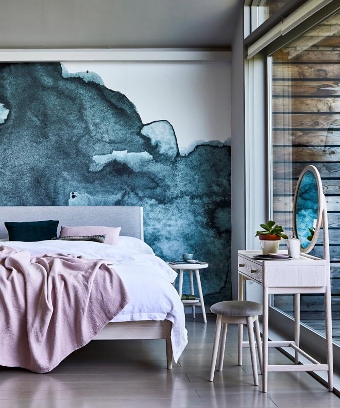 exemple de deco chambre parentale contemporaine avec mur à design aquarelle et meubles en gris clair et bois