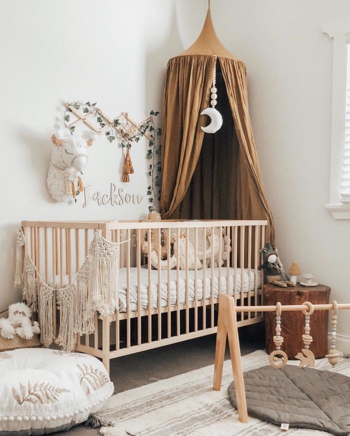 pièce blanche pour enfant aménagée avec meubles en bois clair et objets ethniques, idée de deco chambre fille