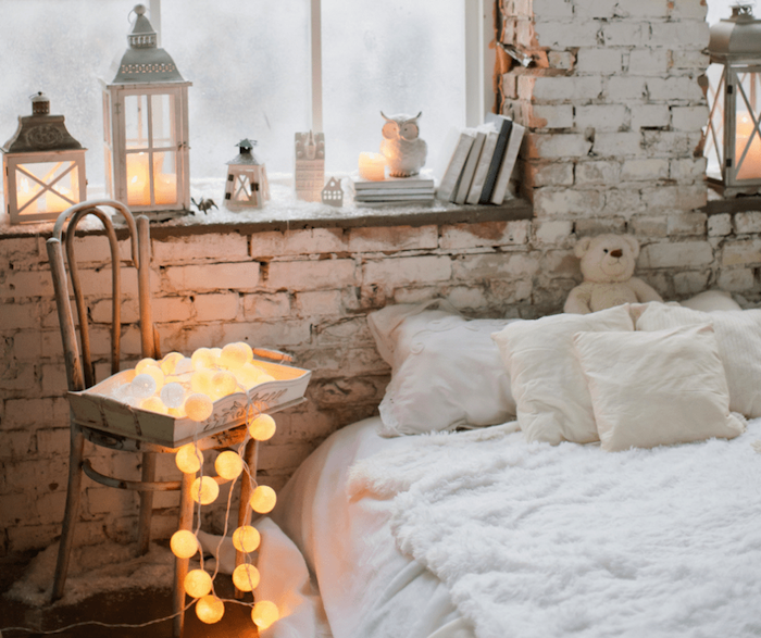 Lit linge blanche et guirlandes lumineuses, idée originale saint valentin, belle décoration de saint valentin