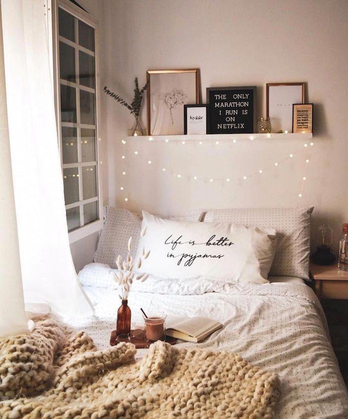 Simple idée déco saint valentin, vintage décoration saint valentin, chambre à coucher avec guirlandes lumineuses, déjeuner au lit
