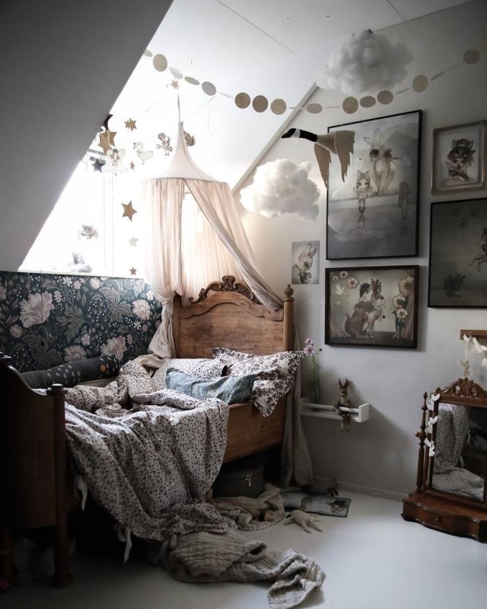 deco chambre bebe fille aux murs blancs avec objets en bois, comment réaliser un mur de cadres dans une pièce d'enfant