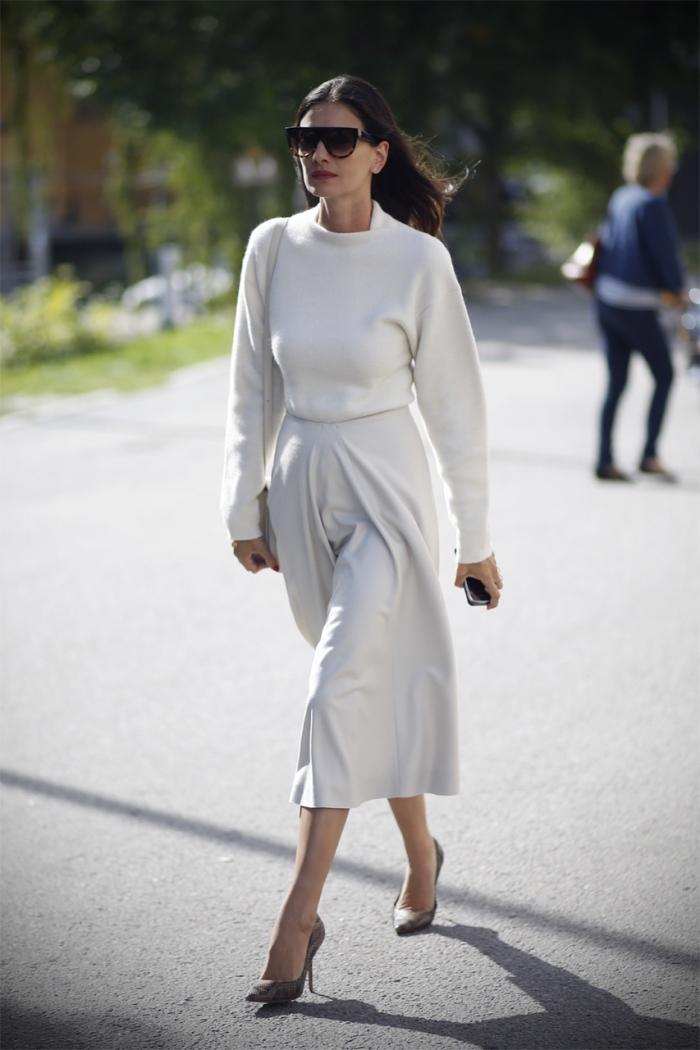 combinaison jupe longue avec blouse en blanc pour un look femme stylée, idée vêtements blancs avec chaussures grises