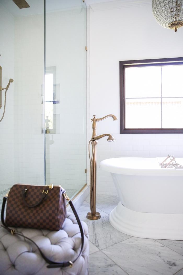 Sac à main dans le cadre de la photo, baignoire ovale aménagement petite salle de bain, couleur salle de bain