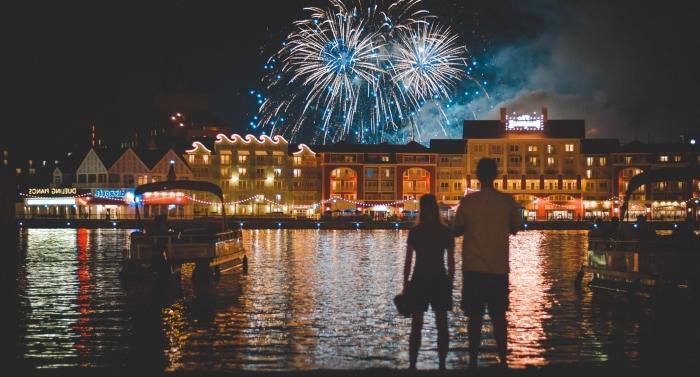 activité en amoureux, idée visite d'un endroit romantique pour observer un spectacle de feu d'artifice en couple