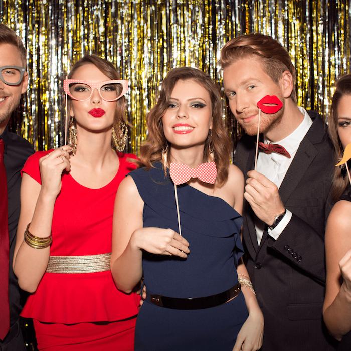 soirée anniversaire en tenue chic, femmes en robe de soirée chic et glamour, hommes en costumes, lunettes deguisement