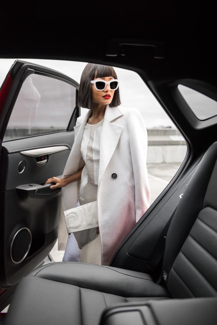 idée tenue femme d'affaire en vêtements classe blancs avec lunettes de soleil verre noir et monture blanche