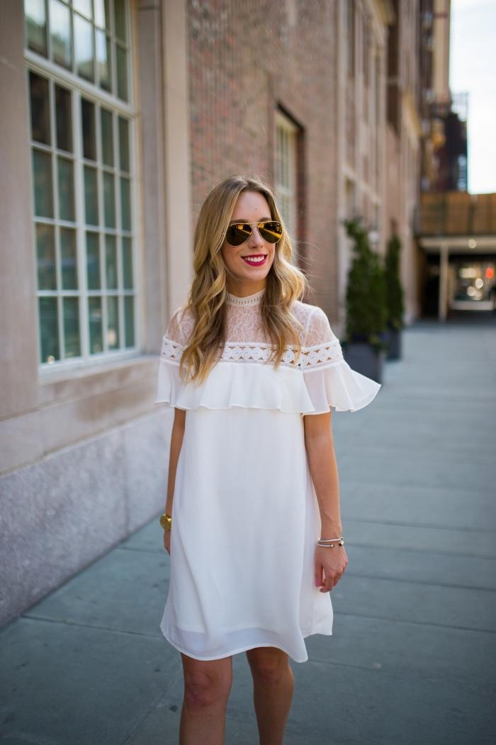 modèle de robe dentelle blanche courte avec col montant transparent et manches à volant, look d'été en robe stylée blanche