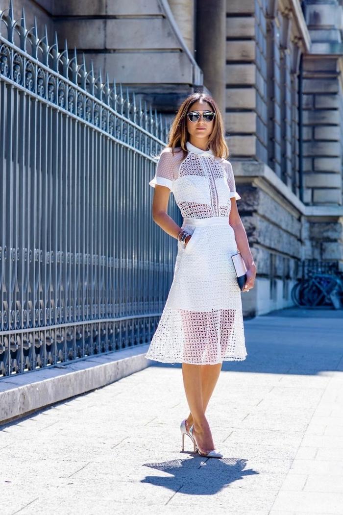 look femme chic en robe dentelle blanche à design deux pièces avec crop top et jupe courte, modèle de chaussures hautes en argent