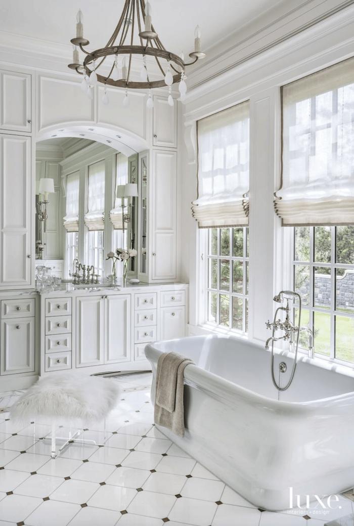 Lustre metal vintage salle de bain de luxe, idée salle de bain design moderne et simple, grande baignoire beau vanity blanc avec placard et miroir