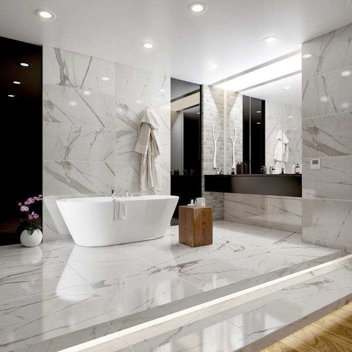 Panel noir sur le mur en marbre, idee salle de bain en marbre blanc avec baignoire confortable, aménagement maison de luxe design