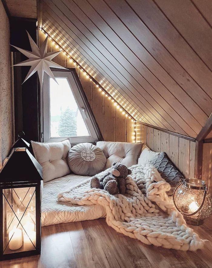 Espace sous comble romantique, matelas et coussins cosy, guirlande lumineuse, ourson en peleuche, deco de fete, décoration saint valentin, idee saint valentine