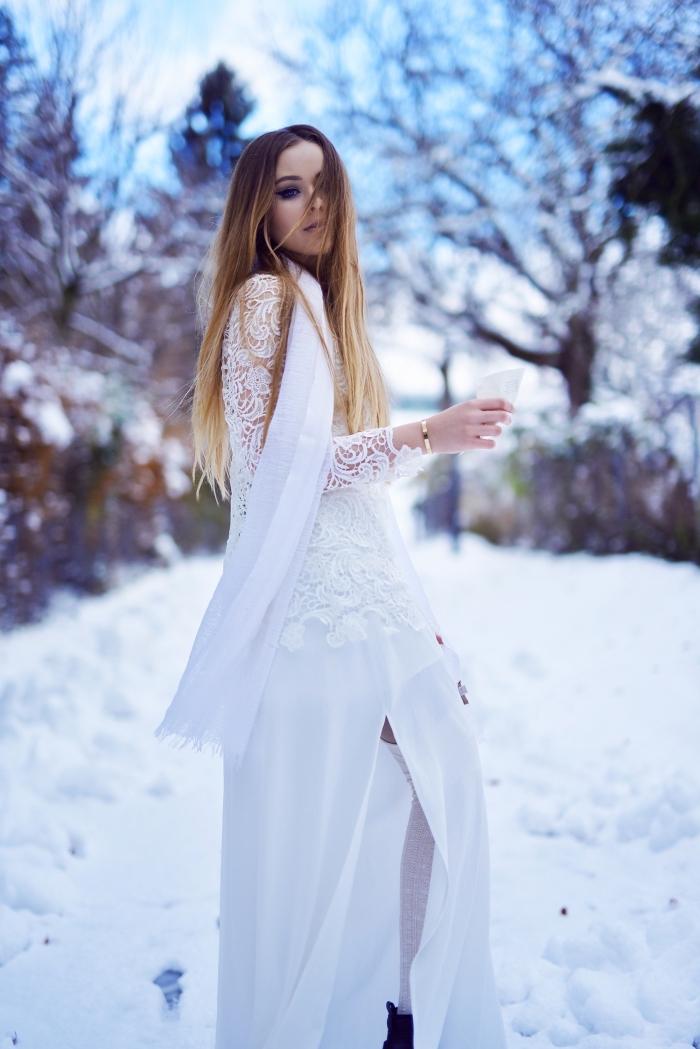 modèle de robe blanche longue et fendu avec manches en dentelle florale, idée de tenue habillée pour mariage