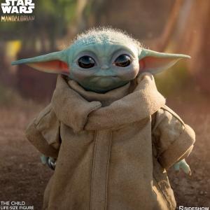 Baby Yoda tient sa réplique grandeur nature officielle