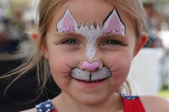 comment faire un desguisement carnaval simple avec une peinture sur visage à design chat avec peinture blanche et rose