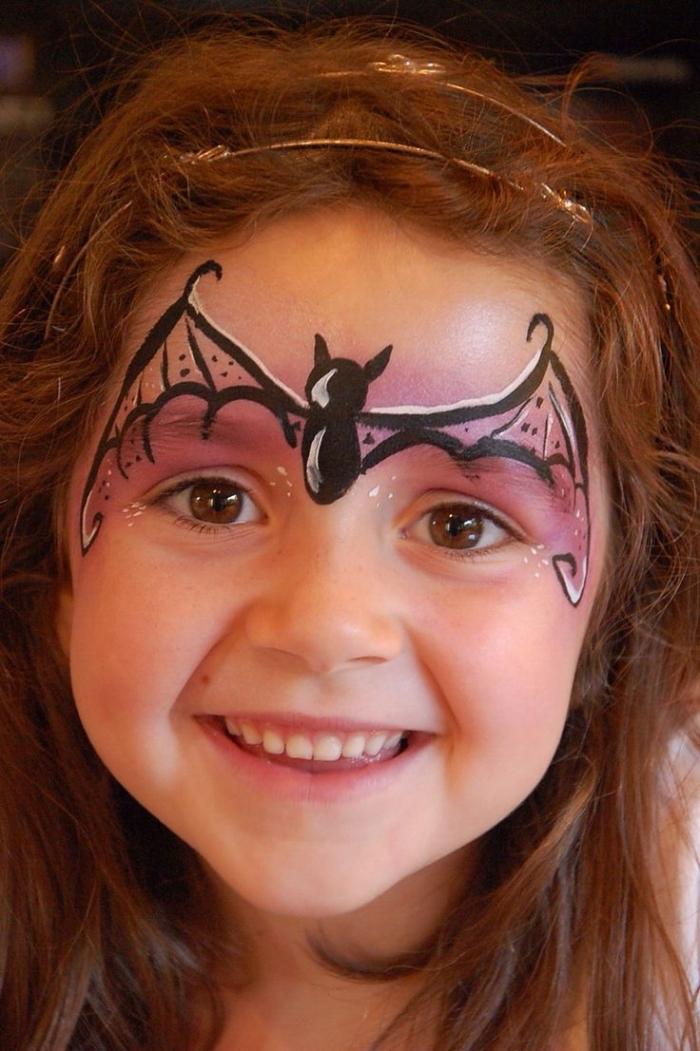 idée de maquillage halloween facile pour enfant, petite fille avec make-up chauve souris en peinture facile noir et rose