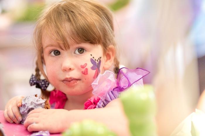 idée de maquillage fille simple avec peinture facile, idée peinture carnaval sur visage fille à motifs papillon et coeurs