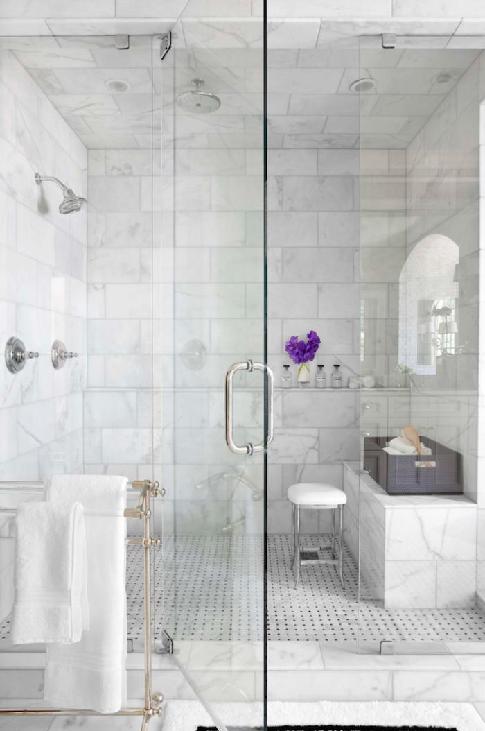 Salle de bain marbre blanc, chouette idée pour la salle d'eau, echelle de rangement en fer, douche italienne, pièce blanche bien aménagée en marbre