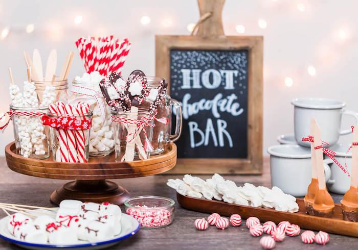 Bonbons roses et blanches, chocolat chaud station pour amis party st valentin, decoration fete, déco table st valentin, soirée saint valentin