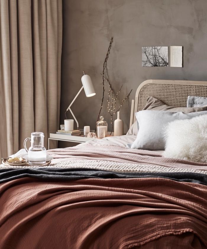 exemple de deco cocooning dans une chambre moderne aux murs à peinture sablée décorée avec accessoires de nuances neutres