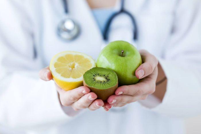 citron kiwi et pomme verte, femme médecin qui vous aide à maigrir durablement