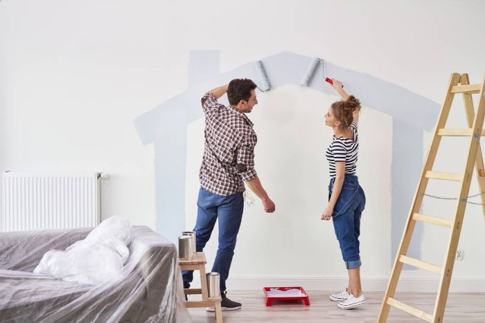 rénovation salle de séjour, homme et fille qui peignent les murs en gris clair