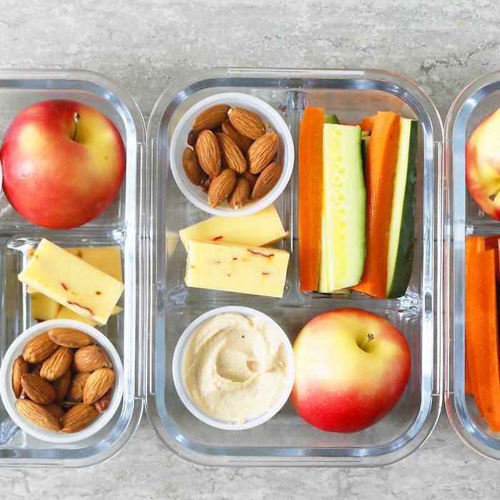 houmous maison servi avec crudités, pomme, amandes et des tranches de fromage, recette healthy de gouter à emporter au travail