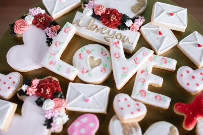 décorations comestibles pour la fête de Saint Valentin sous forme de cookies au beurre au glaçage blanc à motifs floraux