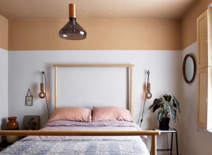 deco chambre adulte aux murs blanc et beige, style de déco pièce adulte aménagée avec lit en bambou et accents rétro