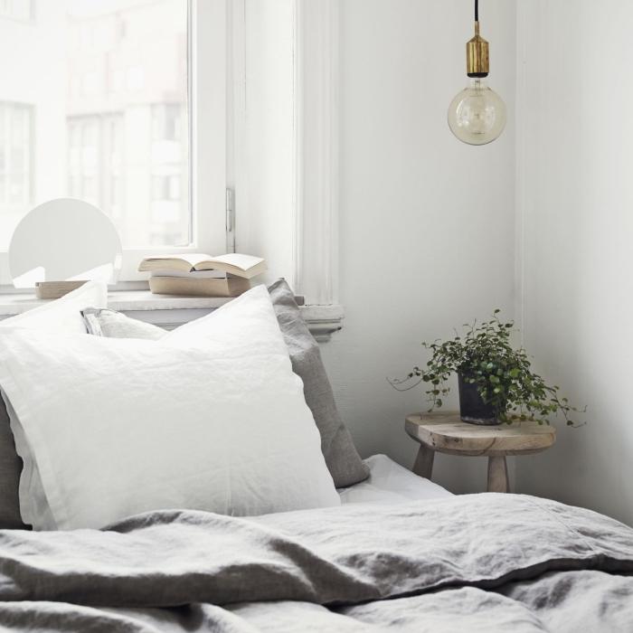 comment décorer sa chambre minimaliste avec objets en bois et accents gris, quelle couleur de peinture pour espace limité