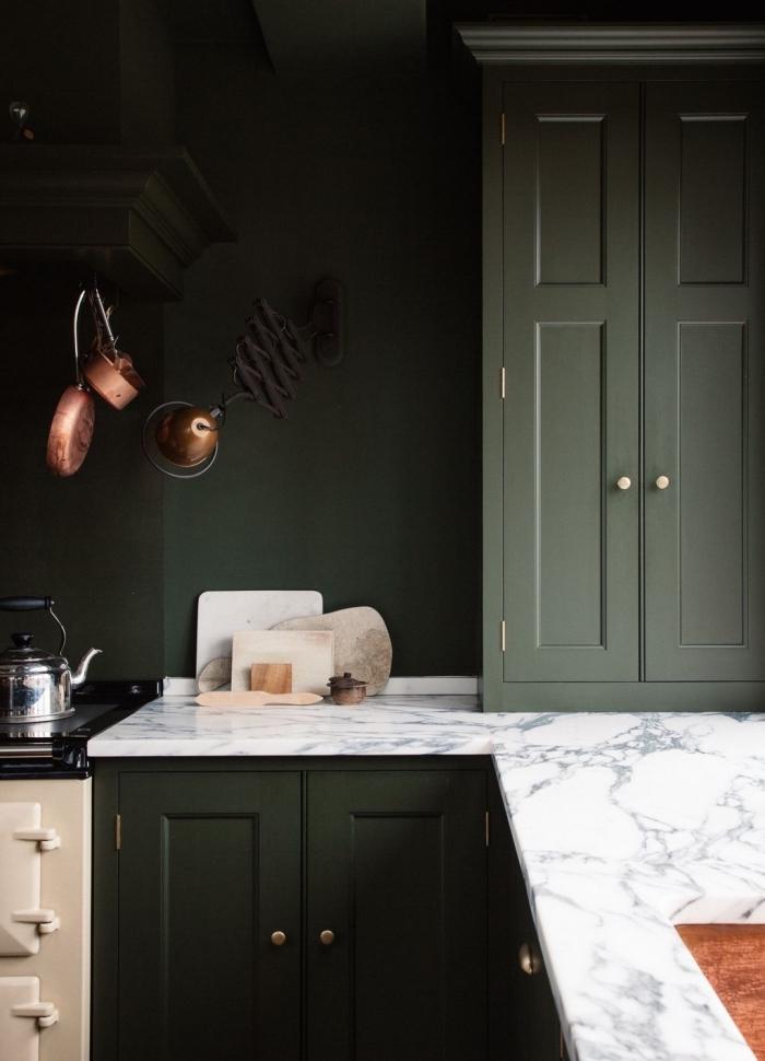 design cuisine moderne à peinture vert foncé avec comptoir marbre, comment aménager une cuisine d'angle