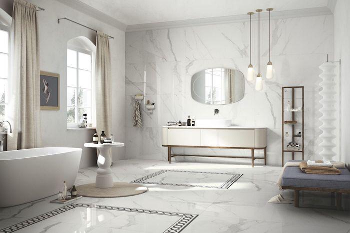 Sol en marbre joli, salle de bain blanche moderne, comment faire un bon aménagement interieur, fenetres avec rideaux