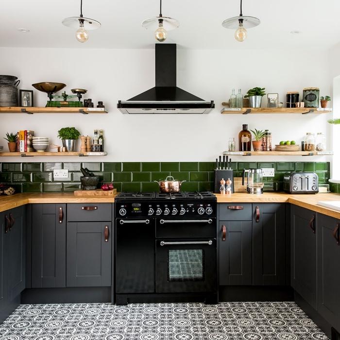 quelle couleur pour une cuisine, décoration de cuisine blanche avec meubles bas en gris foncé et comptoir en bois