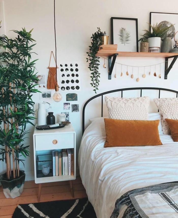 design chambre bohème avec objets ethniques et plantes vertes, idee tete de lit en fer forgé dans une pièce blanche