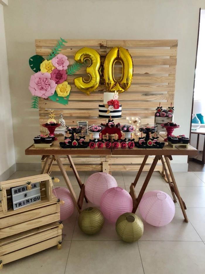 deco 30 ans à réaliser soi-même pour un party à la maison, coin festif avec mur en palette DIY décoré de ballons âge et fleurs en papier