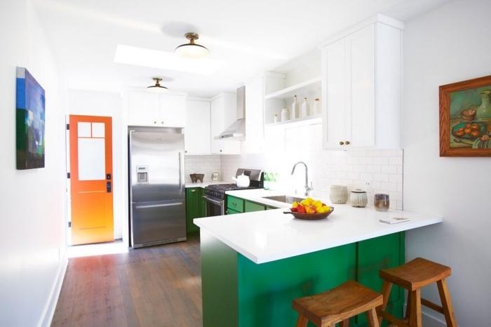 idée comment décorer une petite cuisine ouverte aux murs blancs avec meubles haut en blanc et armoires en vert