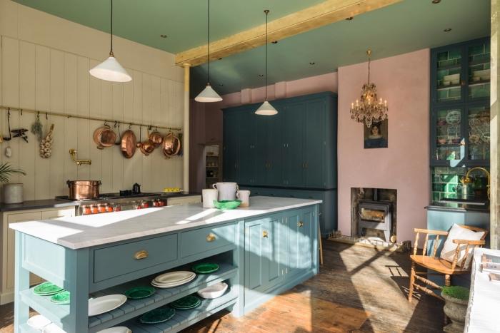 idée peinture cuisine originale, modèle de cuisine aux murs beige et rose avec plafond vert et meubles de nuances bleues