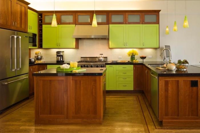 aménagement de cuisine en U avec îlot, modèle de cuisine aux murs blancs avec meubles en bois marron et armoires vertes