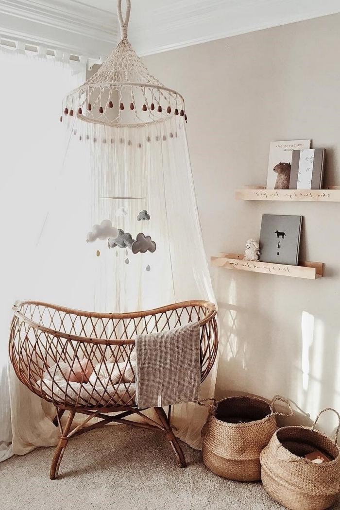quelle deco chambre bebe fille de style bohème, design petite pièce aux murs beige et plafond blanc avec meubles bois