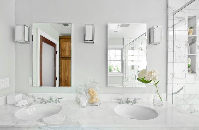 Lavabo marbre dessus, deux muroirs, peinture salle de bain, intérieur design intemporel, belle salle de bains décorée avec vase de fleurs