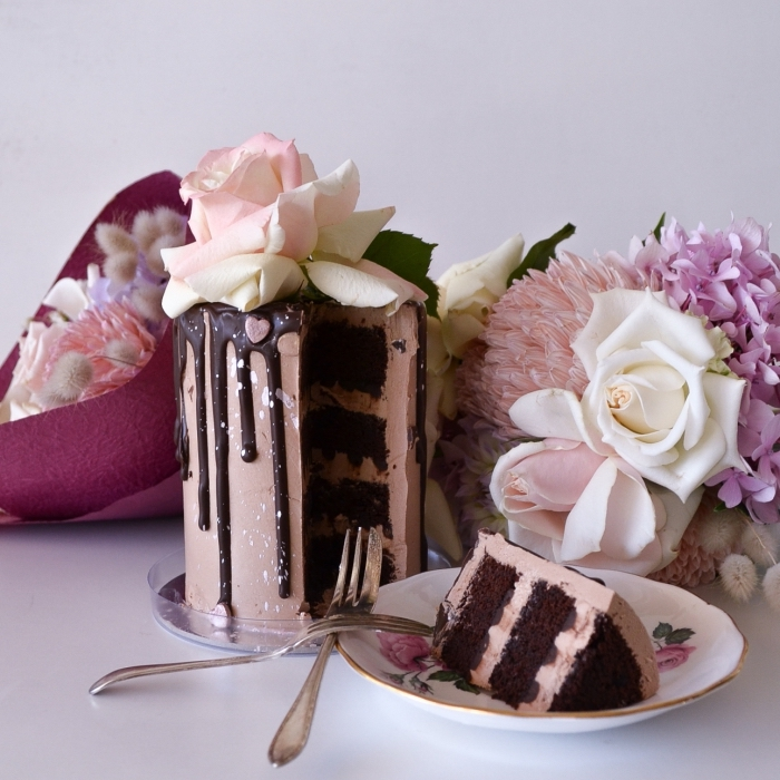 idée de gateau de saint valentin au chocolat, exemple de mini gâteau rond aux génoises chocolat noir et crème chocolat au lait