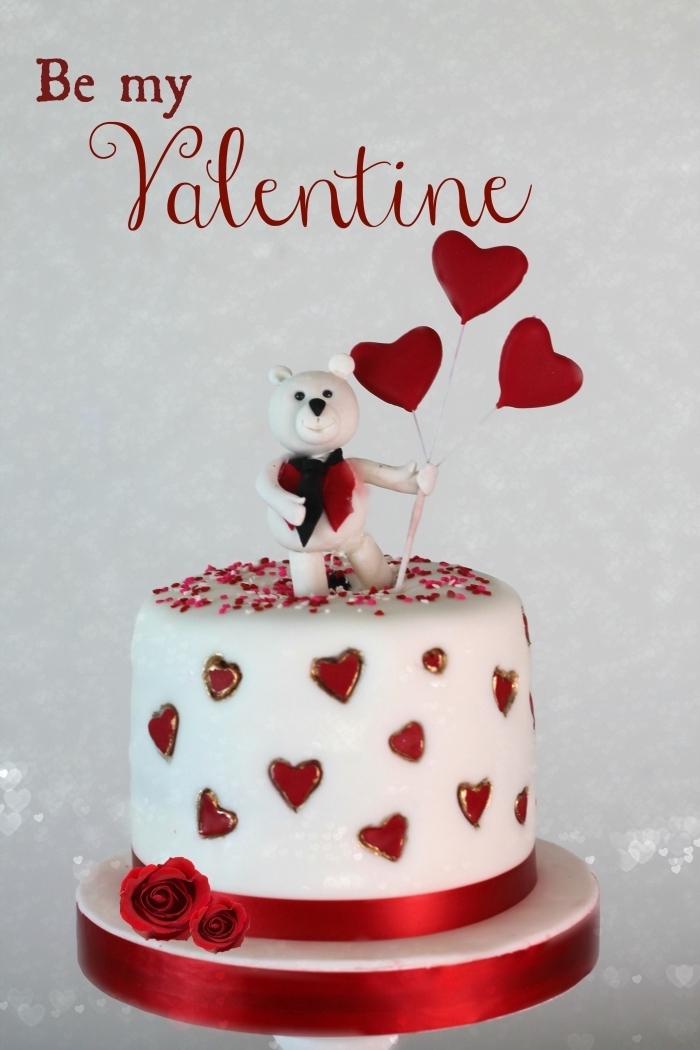 idée comment décorer un gâteau pour la fête de la Saint Valentin, exemple de gateau st valentin avec ours amoureux en sucre