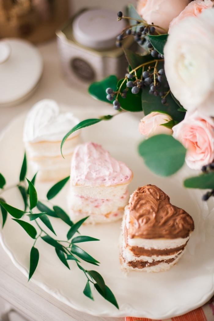 idée de mini gateau en forme de coeur pour la saint valentin, petit gâteau au fromage blanc et chocolat fondu