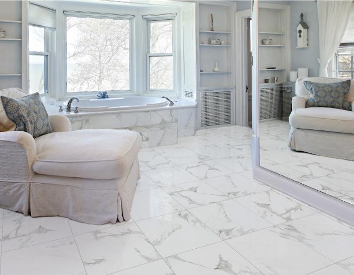 Fauteuil beige idee deco salle de bain en marbre blanc, quelle couleur pour la salle de bains, fenetre et baignoire en angle
